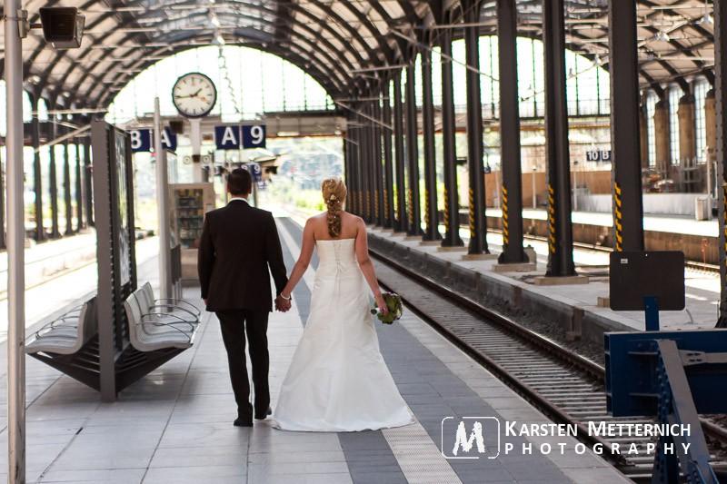 Ungewöhnliche Hochzeitsbilder am Bahnhof
